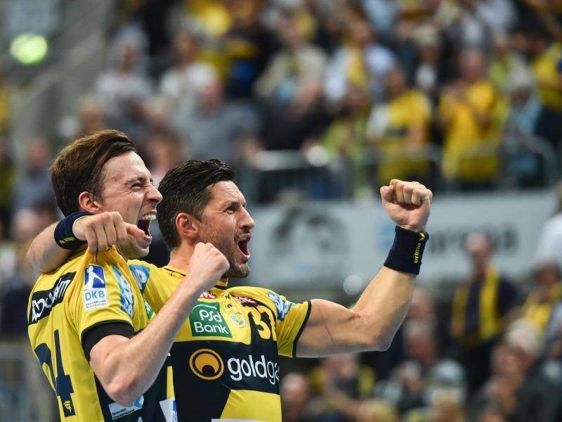 Org Patrick Groetzki Und Alexander Petersson Feiern Den Sieg Ueber Rivalen Foto Uwe Anspach Kim Ekdahl Du