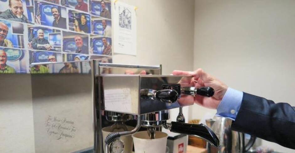 Tom Hanks schenkt Reportern Kaffeemaschine  Leute  Rhein