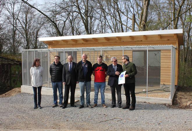 """Vertreter der Stadt Buchen, des Architekturbüros Müller, der Leader-Gruppe und der Vogelfreunde Hettingen freuen sich über die Fortschritte im Tierpark """"Hasenwald""""."""