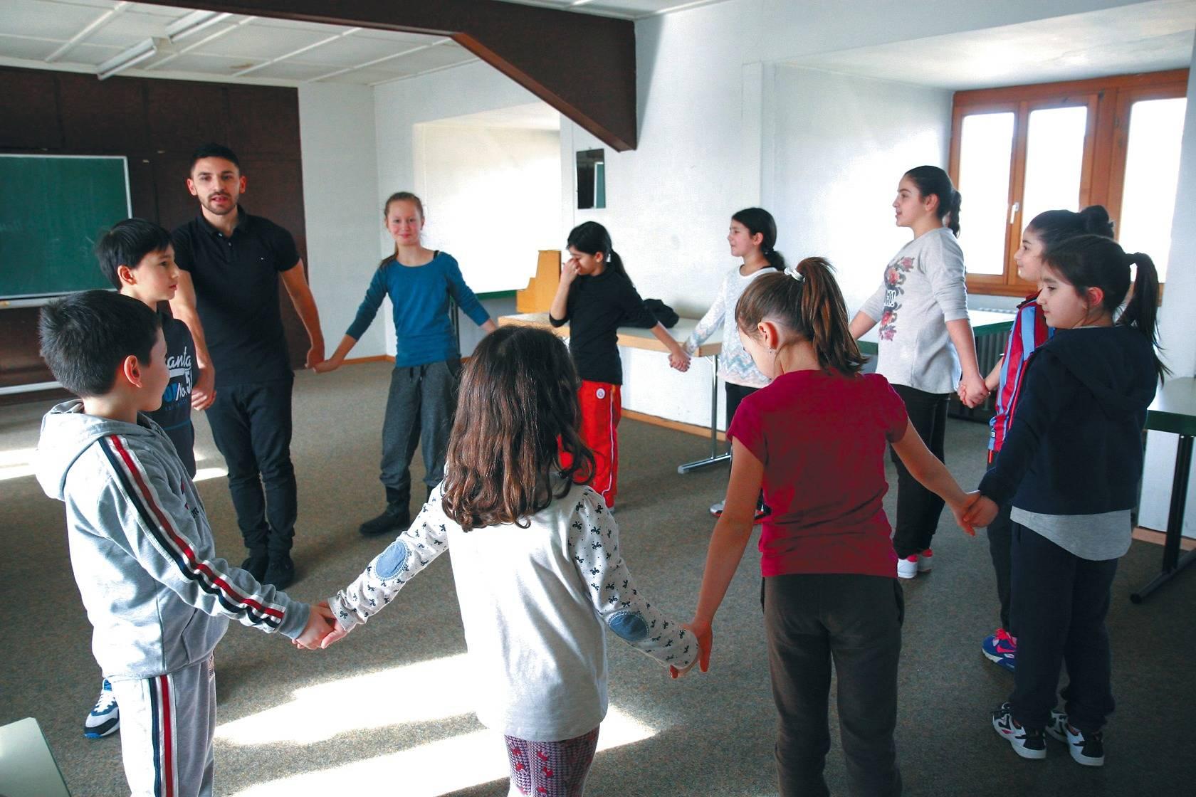 in sandhausen lernen kinder tanzend die t rkische kultur und sprache nachrichten region. Black Bedroom Furniture Sets. Home Design Ideas