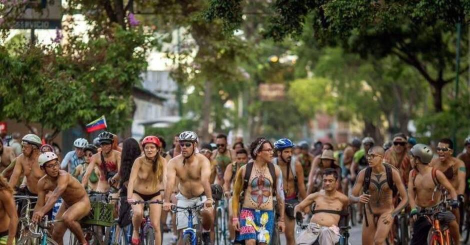 tausende ziehen blank beim world naked bike ride   leute   rhein