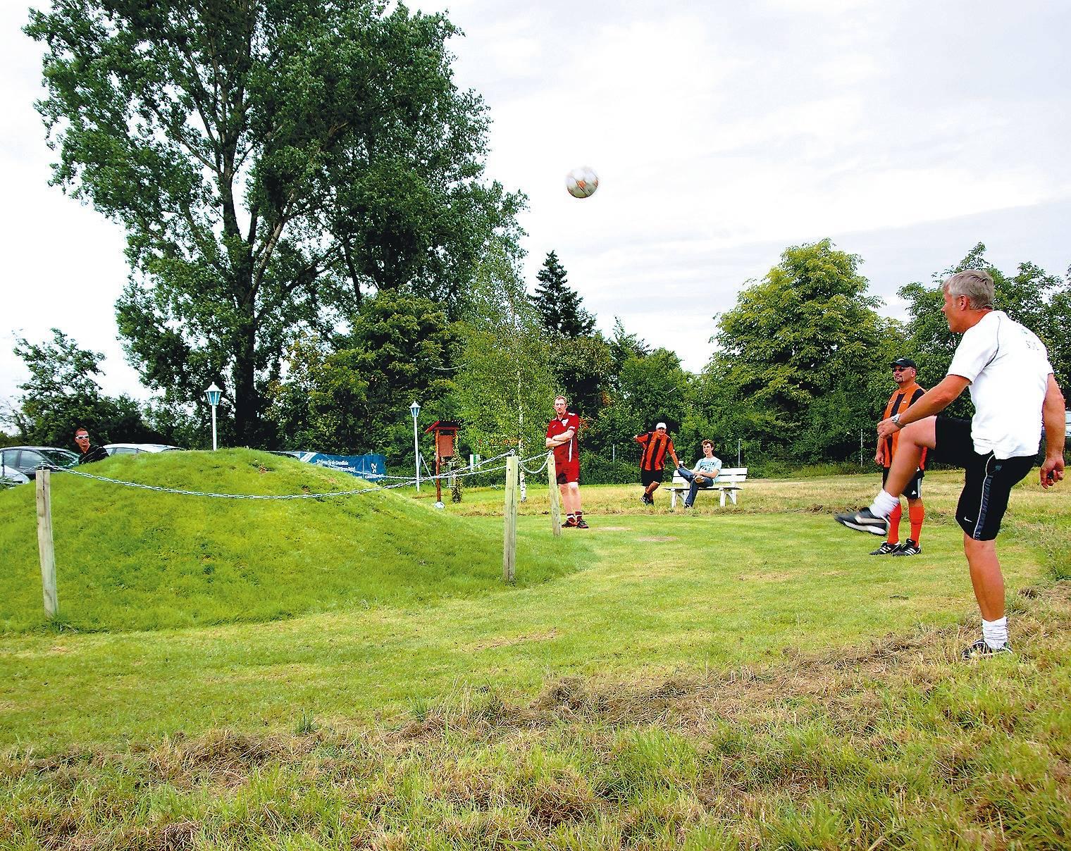 Fussballgolf Hier Muss Das Runde Ins Runde Regionalsport Rnz