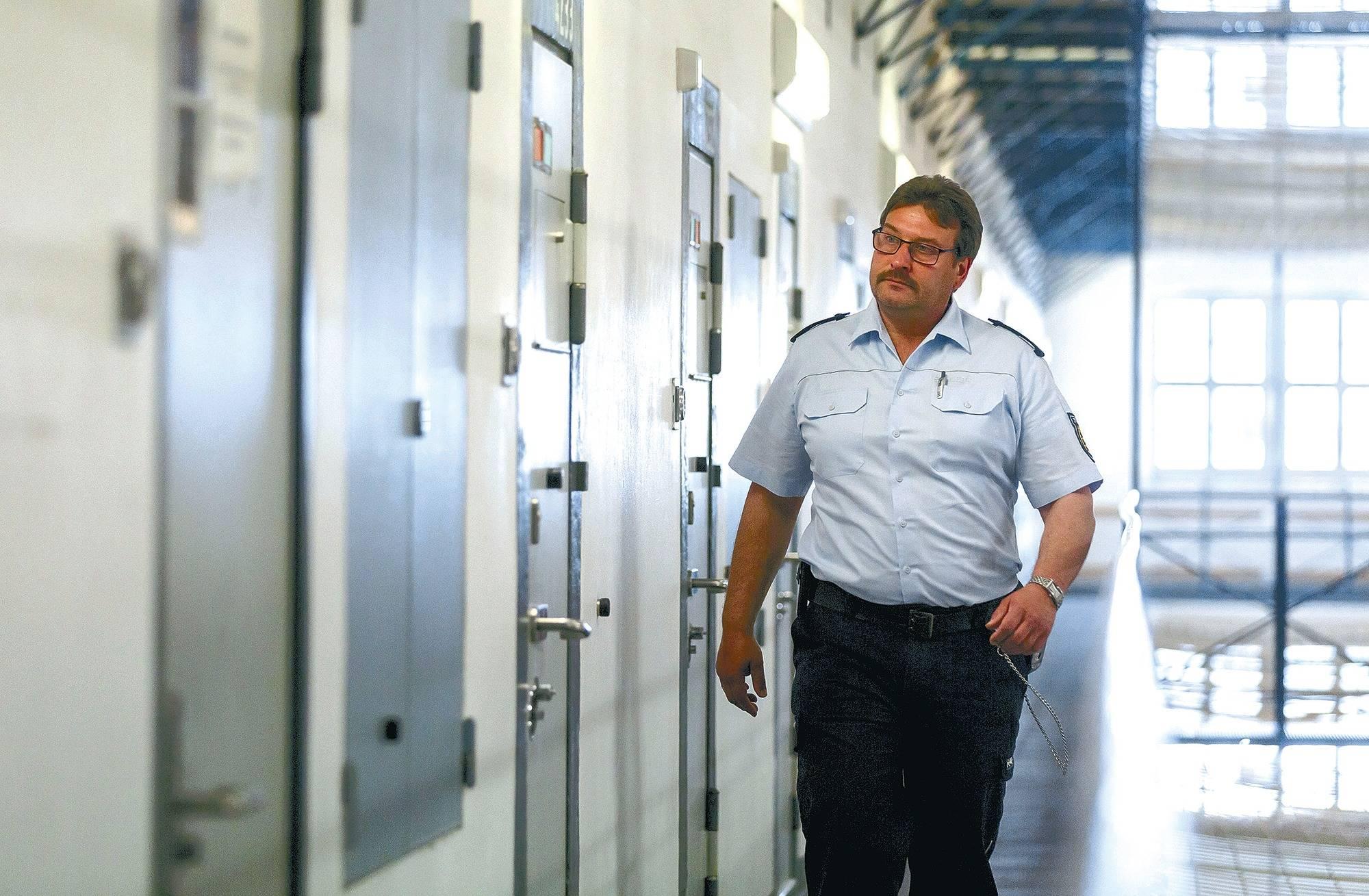 Der Vollzugsbeamte Jürgen Penz geht bei einem Kontrollgang in der Justizvollzugsanstalt in Bruchsal an den Zellentüren der Insassen vorbei Foto Wittek
