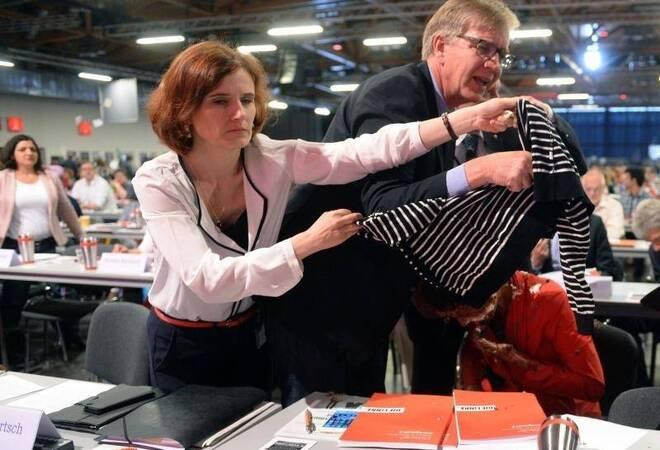Sahra Wagenknecht Gallery: Linke Bestätigt Spitzen-Duo: Tortenattacke Auf Wagenknecht