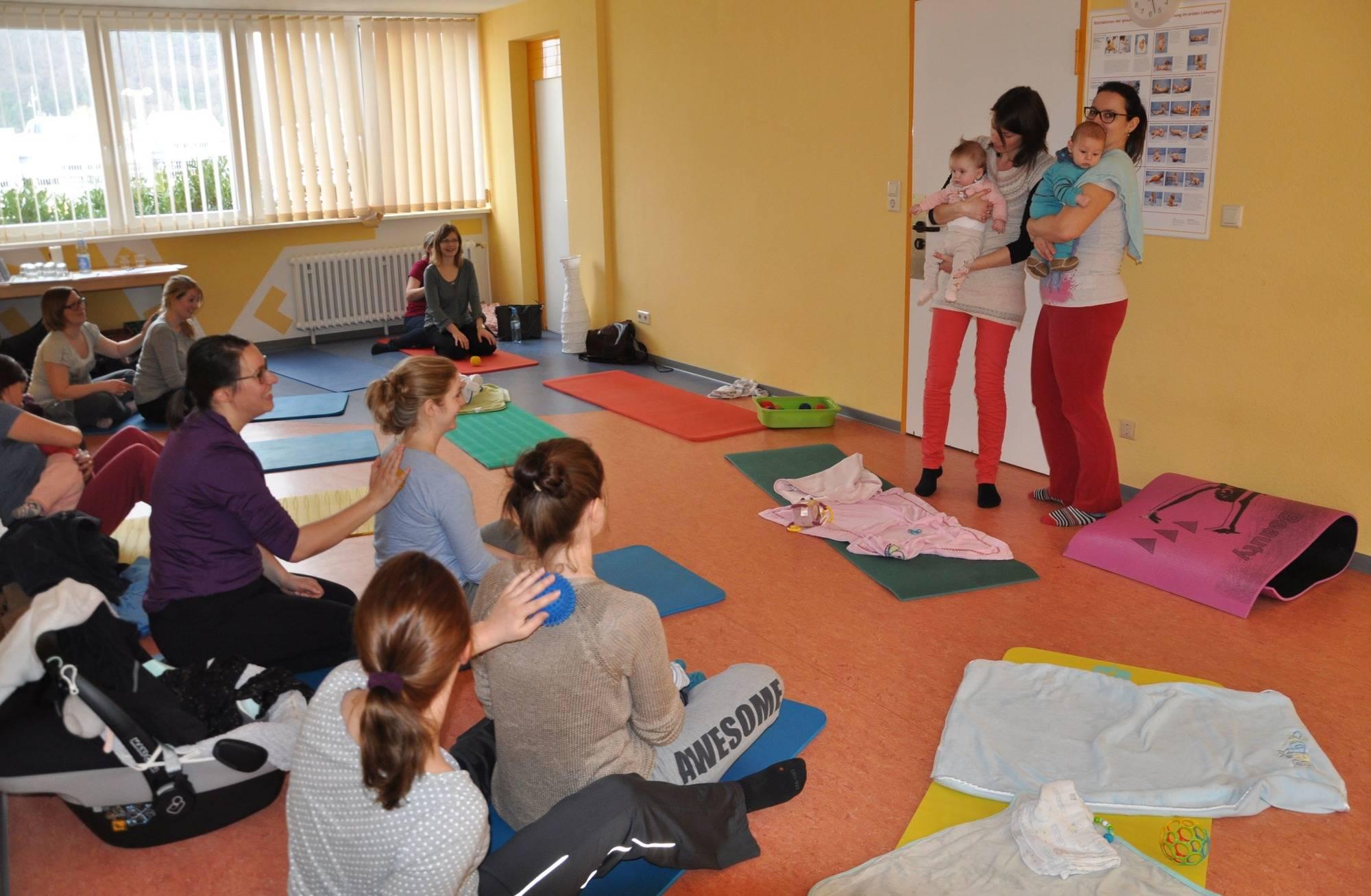 Bei den Rückbildungskursen von Beatrice Hamberger (rechts) und Katharina  Hübner in der Mosbacher Elternschule geht es nicht nur um Gymnastik.