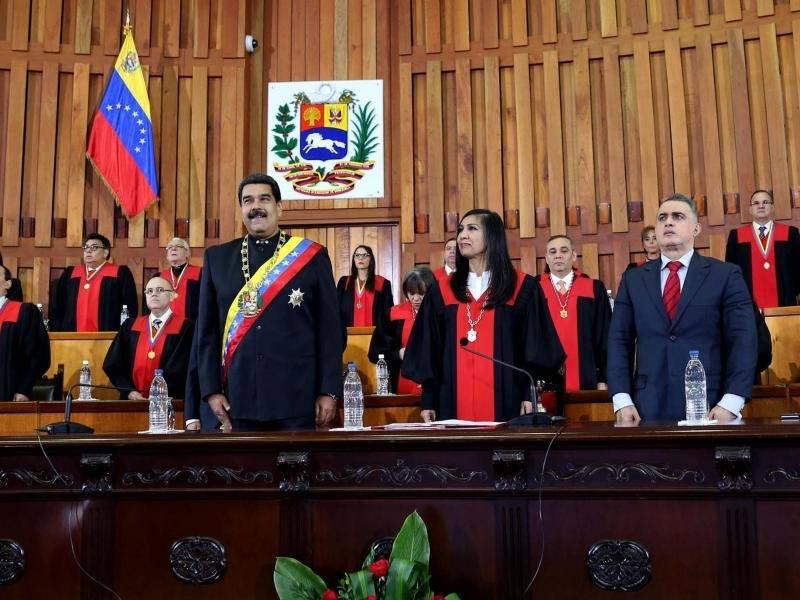 In Caracas kommt es bei einer Ansprache des venezolanischen Präsidenten Nicolás Maduro zu einer Explosion. Die Regierung spricht von einem Mordanschlag mit Drohnen.