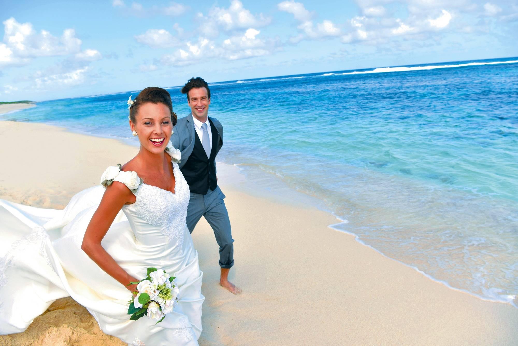 Nach der Hochzeit: Mit Brautkleid in den Pool - Lebensart - Rhein ...