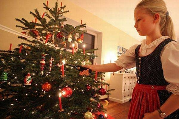 den weihnachtsbaum sicher aufstellen familienzeit. Black Bedroom Furniture Sets. Home Design Ideas