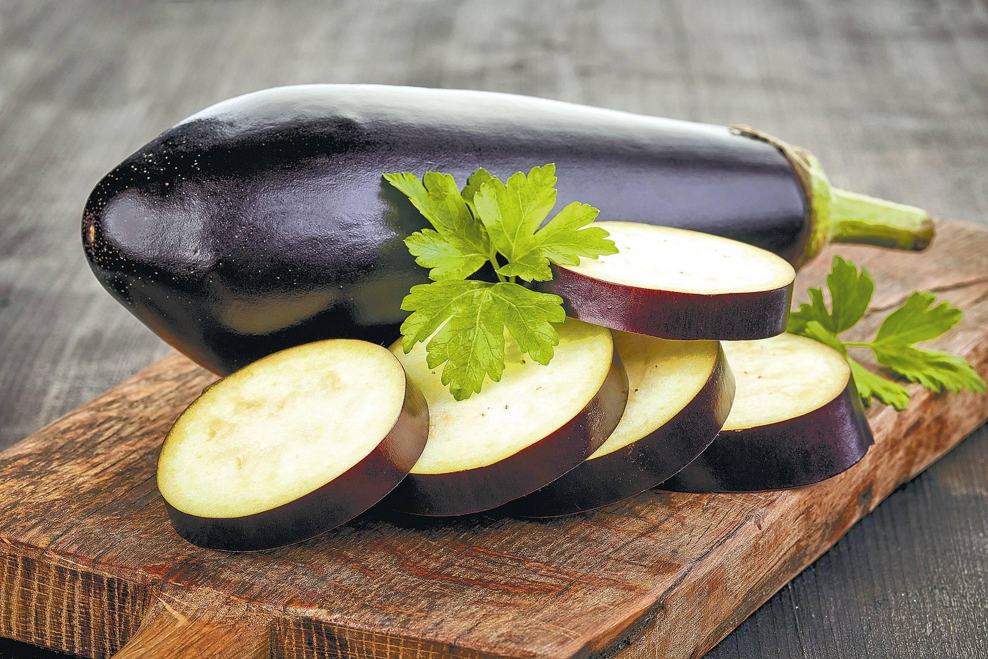 so schmecken auberginen nicht bitter die geschnittene frucht sollte man mit salz bestreuen. Black Bedroom Furniture Sets. Home Design Ideas
