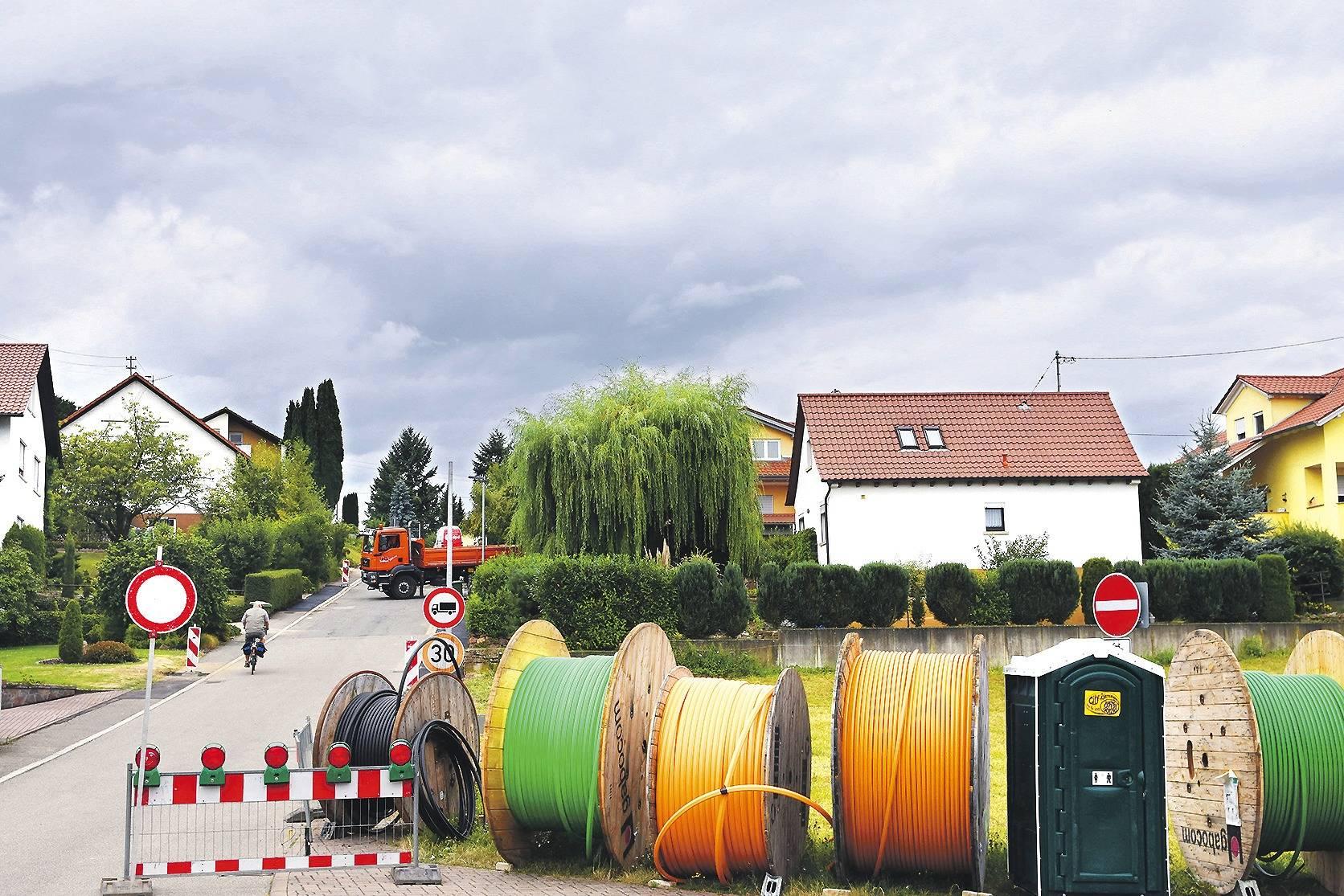 breitbandausbau in epfenbach mit den zwei gleisen auf dem holzweg sinsheim rhein neckar