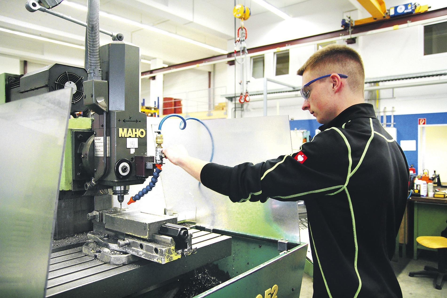 Nils Meißner macht eine Ausbildung zum Werkzeugmechaniker Formtechnik bei  der Firma Schmitt und Meissner.Foto: Christian Beck