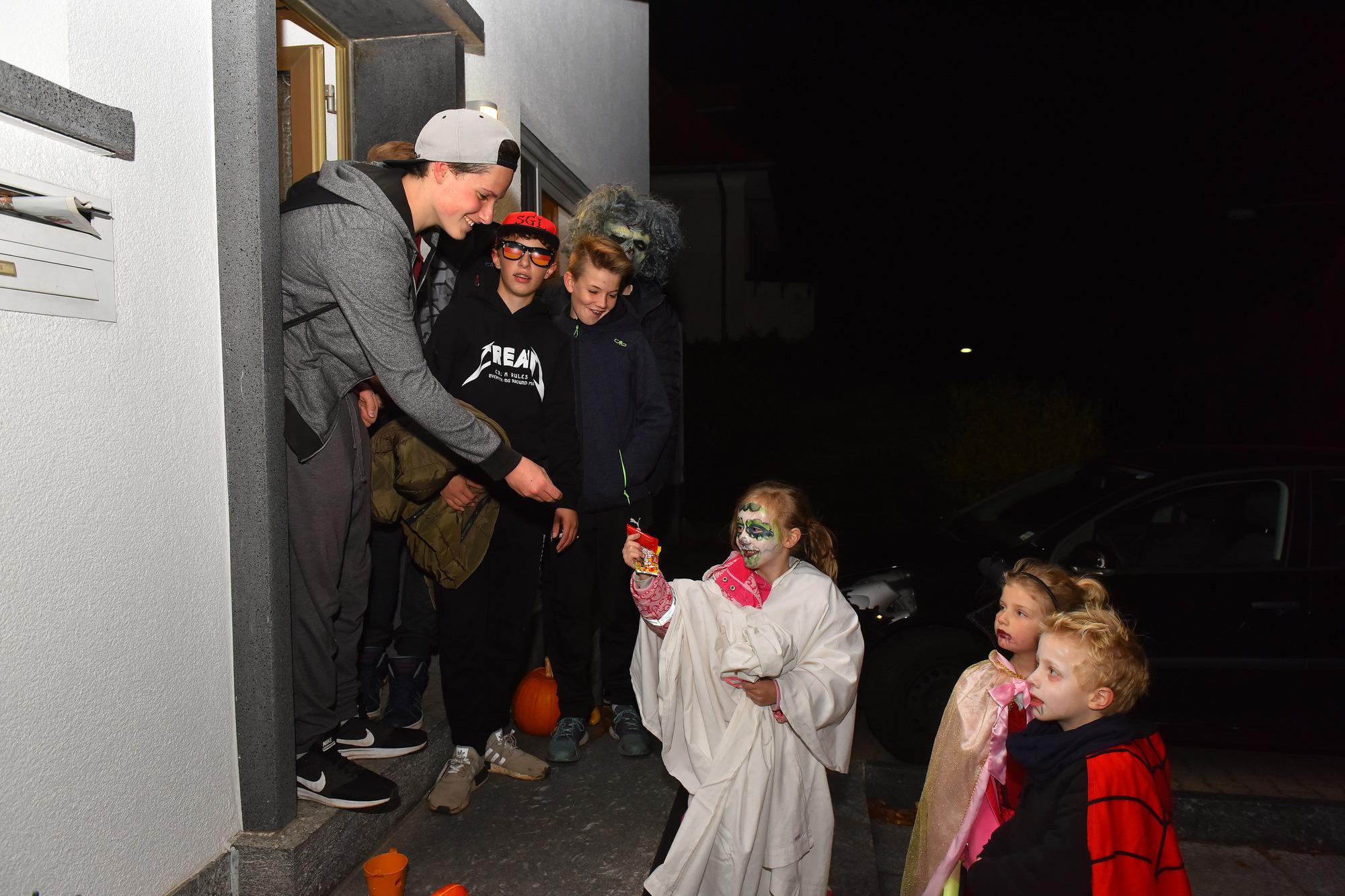 Halloween in hirschberg hinterhof geisterbahn und - Halloween fenster projektion ...