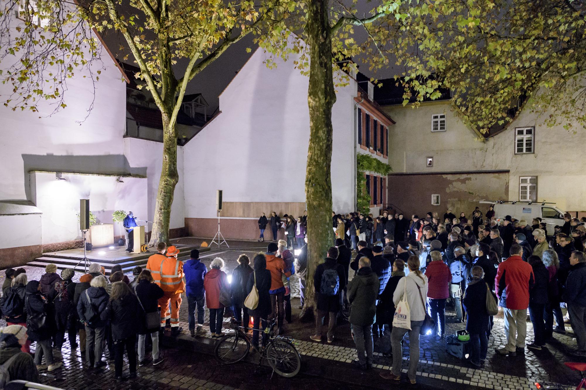 Gedenkfeier Zur Pogromnacht Auf Dem Synagogenplatz Erinnerung An