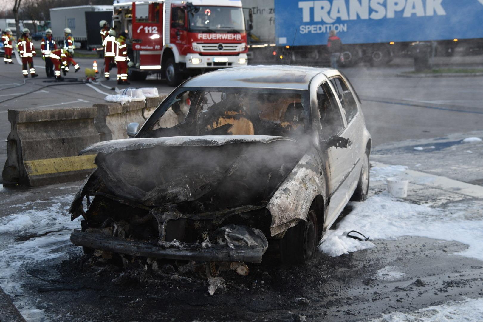Technischer Defekt: Auto brennt am Rastplatz Hardtwald komplett aus ...