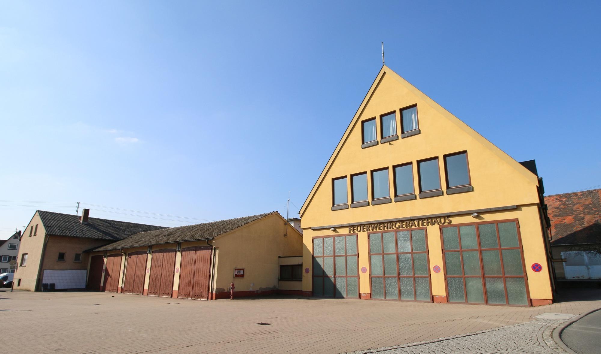 Das Dach Der Garagen Des Feuerwehrgerätehauses (Bildmitte) Muss Dringend  Saniert Werden. Laut Einschätzung Eines Gutachters Besteht Einsturzgefahr.
