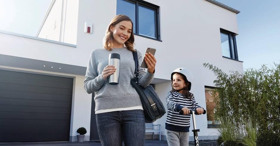 abb deutschland immer mehr menschen steuern heizung rolll den und licht per smartphone. Black Bedroom Furniture Sets. Home Design Ideas