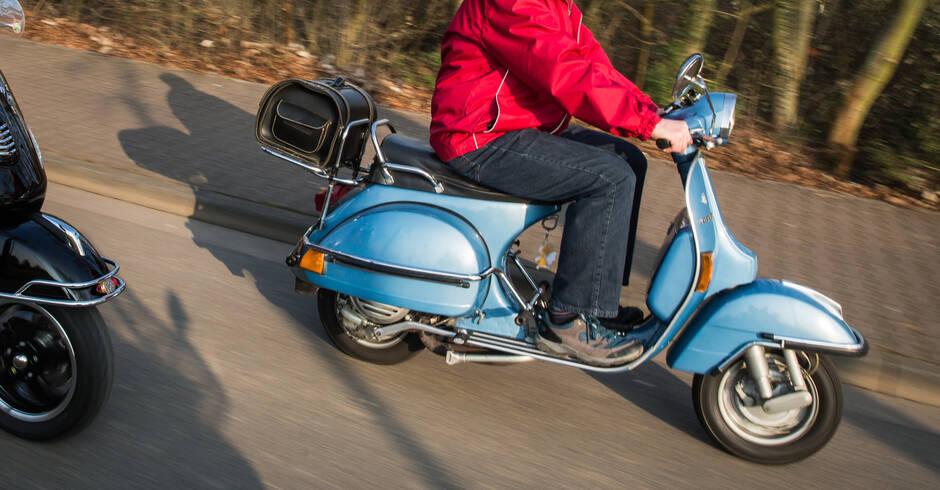 Mannheim Rollerfahrer Prallt Gegen Altkleidercontainer