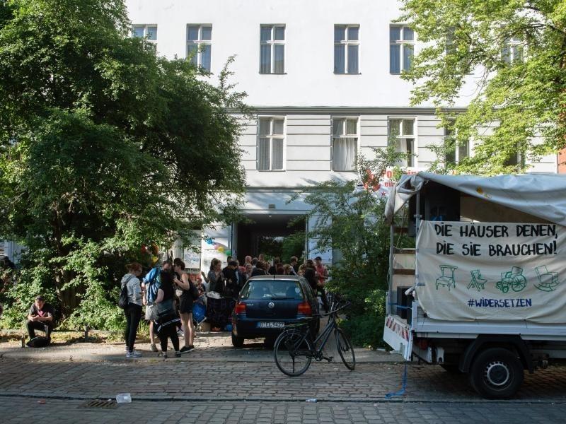 hausbesetzungen in berlin gentrifizierungsgegner dringen in leerstehende h user ein rhein. Black Bedroom Furniture Sets. Home Design Ideas