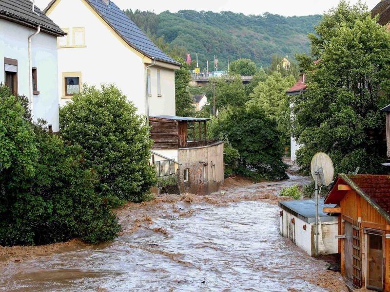 Straßen unter Wasser: Nach heftigen Gewittern kommt tropische Hitze ...