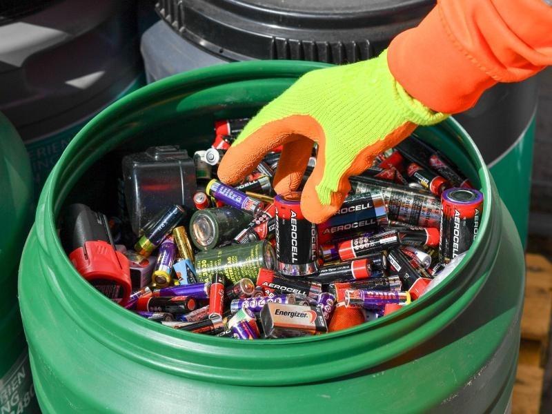 trotz tausender abgabestellen nur jede zweite gekaufte ger tebatterie wird recycelt. Black Bedroom Furniture Sets. Home Design Ideas