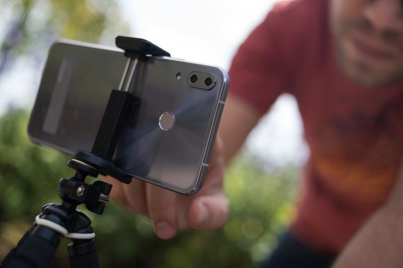 wer in ruhe filmt bekommt die schoneren videos ein kleines stativ hilft dabei sehr foto dpa