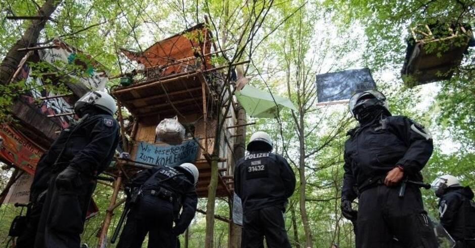 umstrittener gro einsatz hambacher forst polizei will baumhaus dorf oaktown r umen rhein. Black Bedroom Furniture Sets. Home Design Ideas