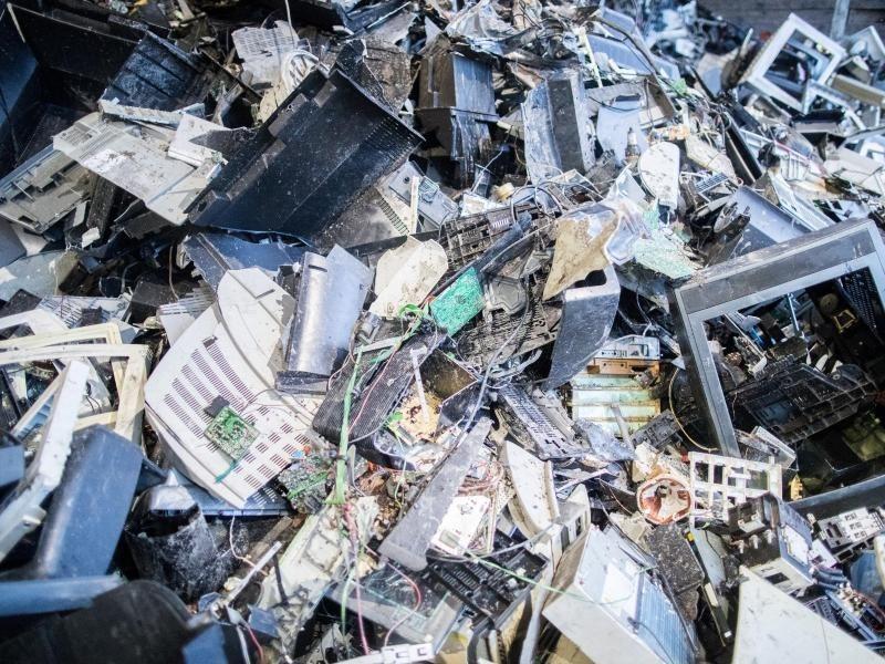 sch den f r die umwelt elektroschrott und batterien werden oft falsch entsorgt wirtschaft. Black Bedroom Furniture Sets. Home Design Ideas
