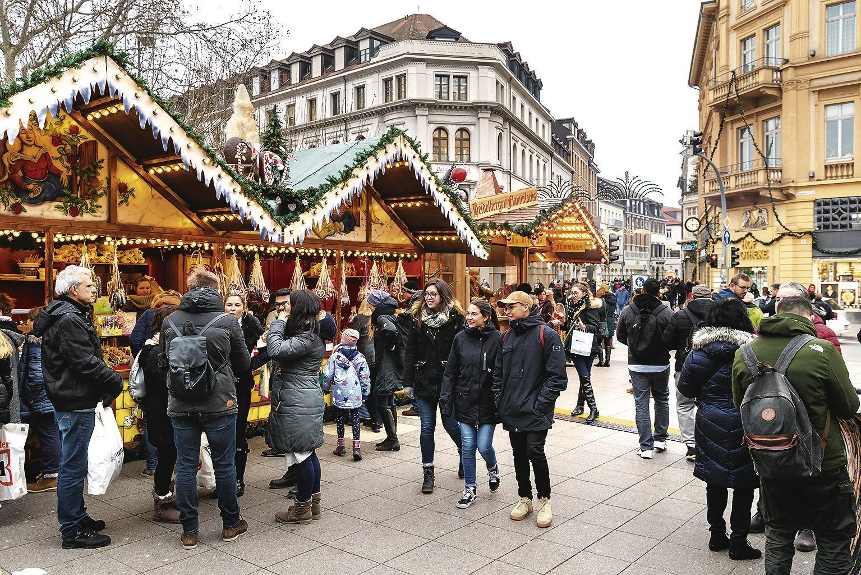Weihnachtsmarkt Noch Geöffnet.Heidelberger Weihnachtsmarkt Buden Am Bismarckplatz Sind Noch Bis