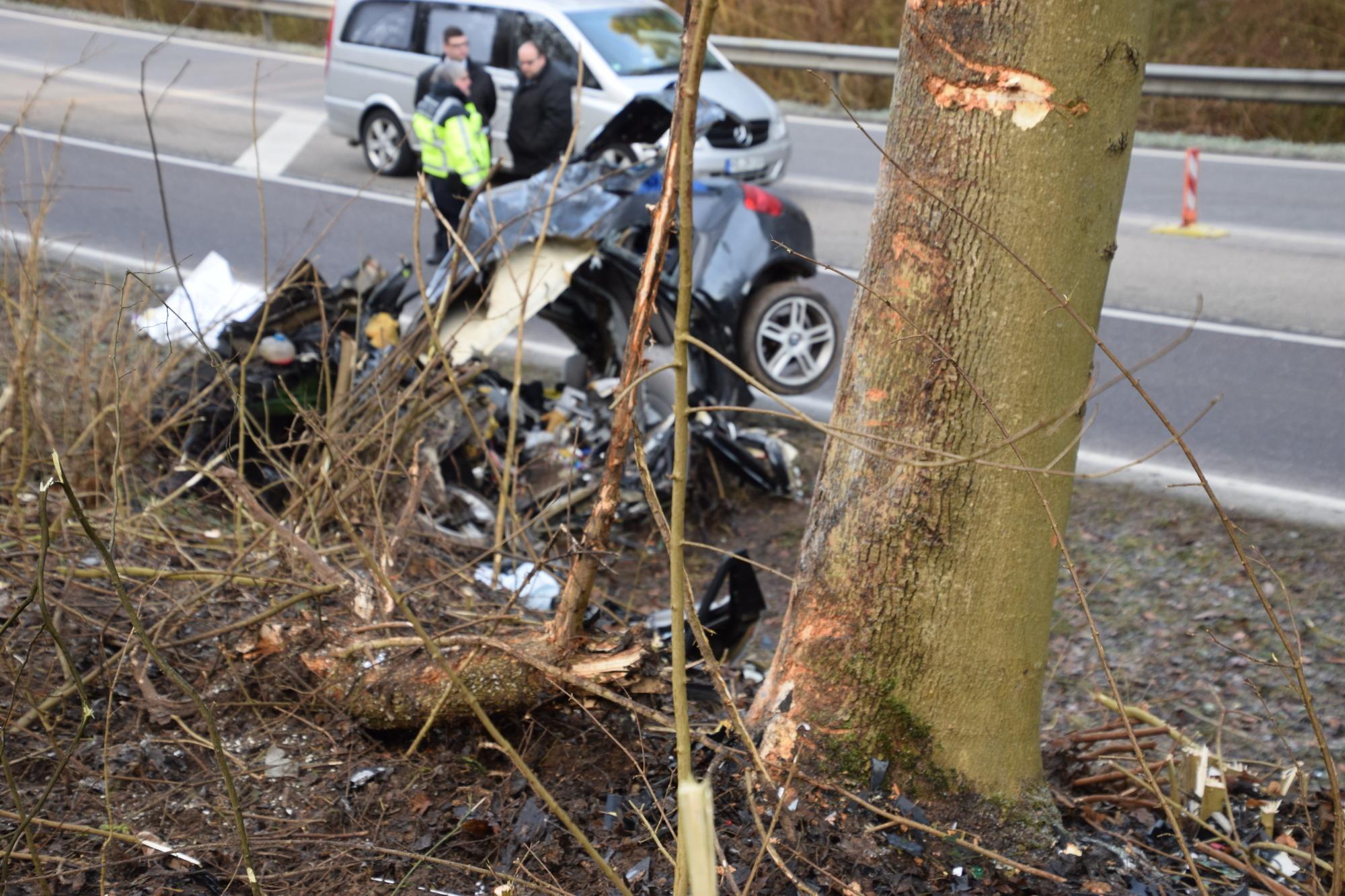 Todlicher Unfall Bei Waibstadt Auto Kracht Auf B292 Gegen Baum 18 Jahriger Stirbt Update Sinsheim Rnz